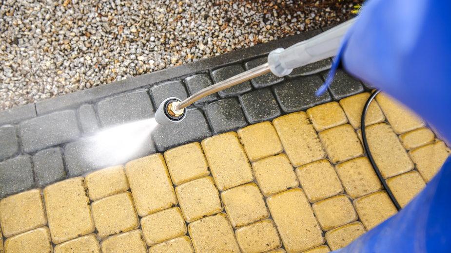 Kostkę brukową można czyścić specjalną myjką - Tomasz Zajda/stock.adobe.com