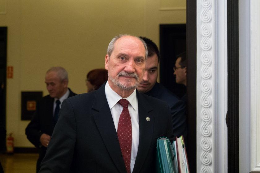 Macierewicz płaci krocie za Smoleńsk!