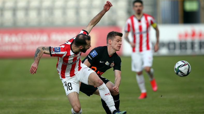 Piłkarz Cracovii Luis Rocha (L) i Jakub Żubrowski (P) z KGHM Zagłębia Lubin podczas meczu Ekstraklasy