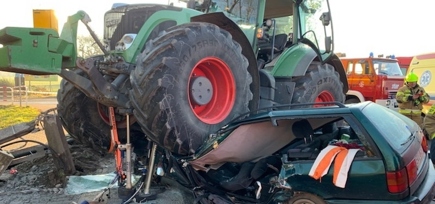 Wypadek w Bedlnie koło Kutna. Kierowca uderzył w ciągnik rolniczy. Droga krajowa 92 zablokowana