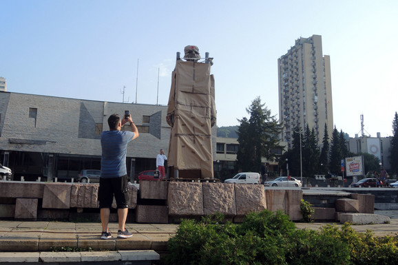 Na mestu gde je stajao bronzani spomenik jutros osvanula njegova papirna kopija