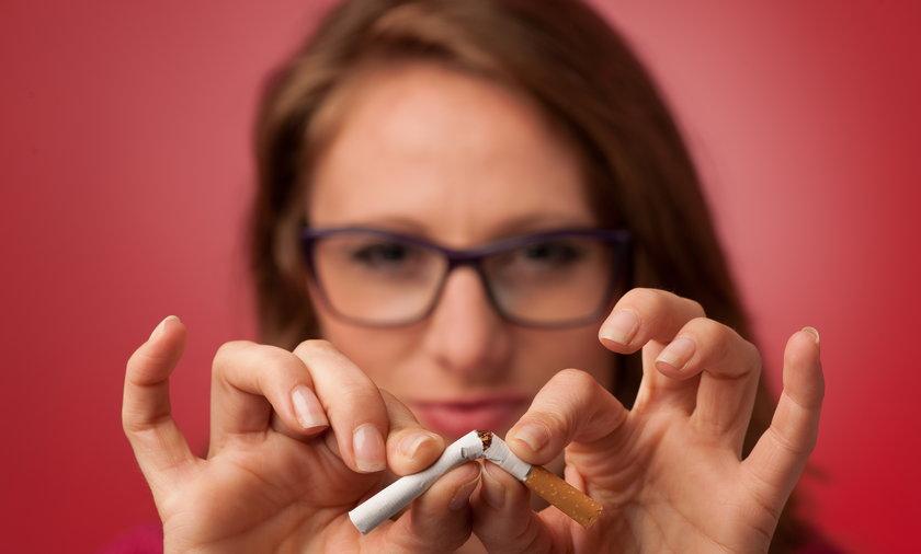 rzucanie palenia, palacz, palaczka, papieros, kobieta, rzucać