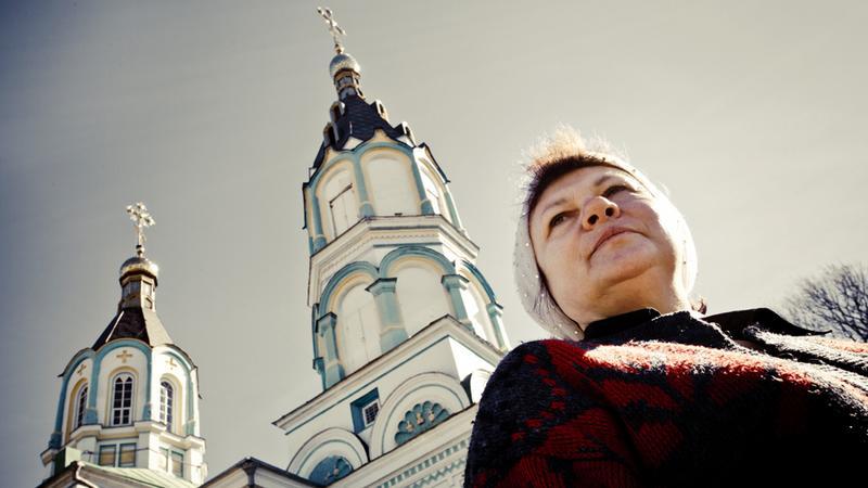 Matuszka Luba przed cerkwią w Czarnobylu