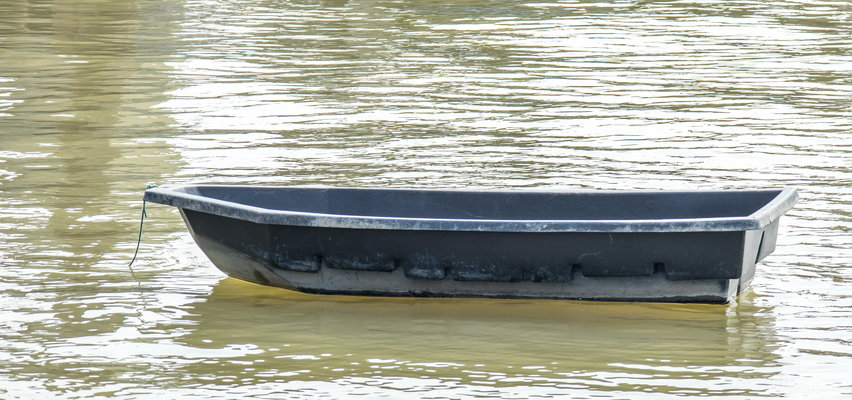 Tragedia wędkarza na jeziorze Stobno. Świadek zobaczył samotnie unoszącą się łódź