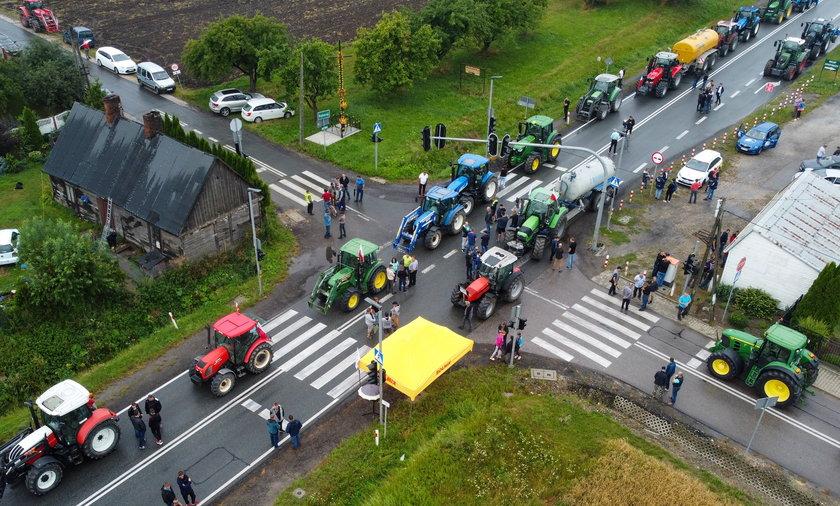 Drugi dzień rolniczych blokach nie doprowadził do spotkania z przedstawicielem rządu. Teraz rolnicy zapowiadają zablokowanie całego kraju.