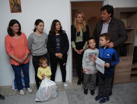 Jelena Drakulić i Bratislav Gašić sa Bojanom, Marijom, Markom, Milošem, Miljanom i Ksenijom Petrović
