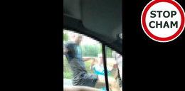 """Brutalny atak w pobliżu Nowej Wsi Ostródzkiej. Tak """"ukarali"""" kulturalnego kierowcę. Zobacz FILM!"""
