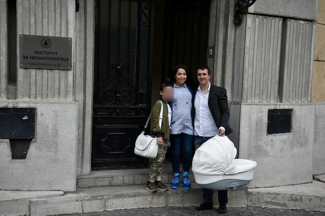 LIMUZINOM DOŠAO PO NJIH Marko Bulat izveo sina i suprugu iz bolnice