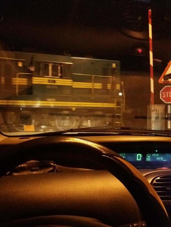 Fotografija pružnog prelaza za koju čitateljka tvrdi da je snimljena večeras oko 21 sat