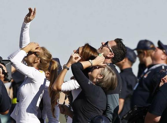 Feliksova majka Eva i članovi porodice posmatraju poletanje