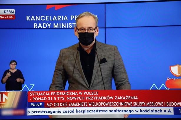 Minister zdrowia Adam Niedzielski podczas konferencji prasowej, transmitowanej z siedziby KPRM