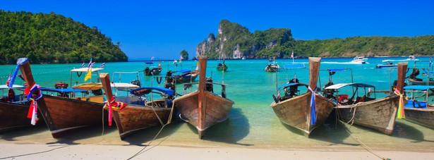 Wyspy Phi Phi to jedno z najbardziej rajskich miejsc na Ziemi. Wyspy leżą na zachodnim wybrzeżu, w południowej części Tajlandii. Archipelag, wchodzący w skład prowincji Krabi, znajduje się pomiędzy słynną wyspą Phuket oraz stałym lądem.