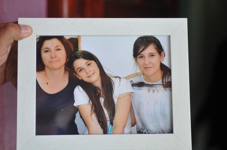 Vesna Milošević sa nastradalim ćerkama