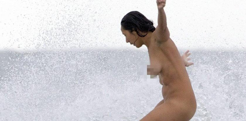 Naga surferka w akcji. Foto