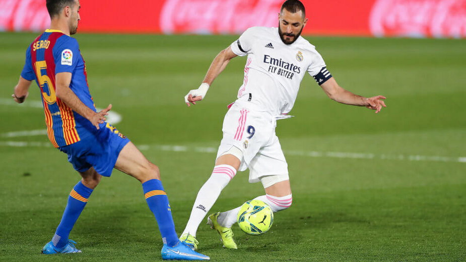 Karim Benzema w walce z Serio Busquetsem