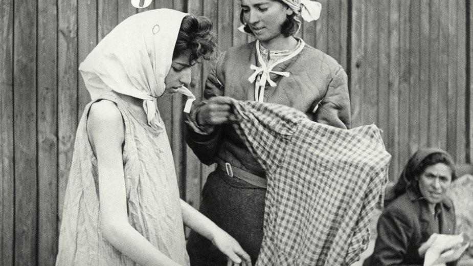 """Karolina Sulej, """"Rzeczy osobiste. Opowieść o ubraniach w obozach koncentracyjnych i zagłady""""  (fragment okładki)"""