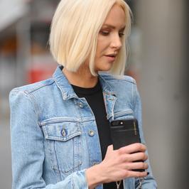 Magdalena Mielcarz w dżinsowej kurtce na ulicy. Dobrze wygląda?