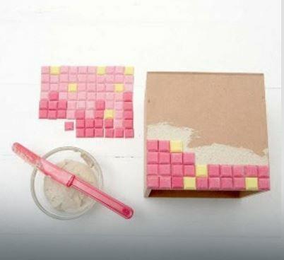 Przyklejcie kosteczki do kartonu