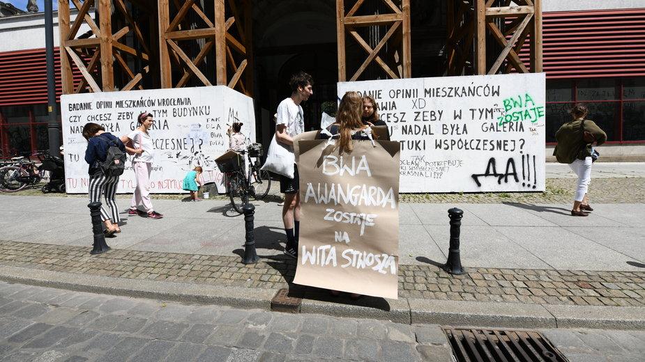 30.06 Protest artystów w obronie Galerii BWA w Pałacu Hatzfeldtów przy Wita Stwosza