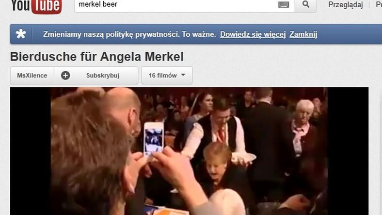 Angela Merkel oblana piwem