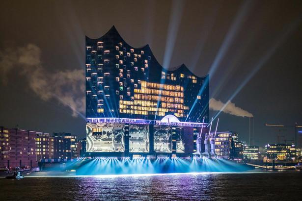 W filharmonii oprócz trzech sal koncertowych znajdują się hotel, 45 prywatnych apartamentów oraz Plaza, czyli otwarty dla zwiedzających taras widokowy, skąd można podziwiać panoramę portowego miasta. Taras znajduje się na wysokości 37 metrów. Na zdj. Otwarcie Filharmonii w Hamburgu. 11.01.2017. Fot. Ralph Larmann