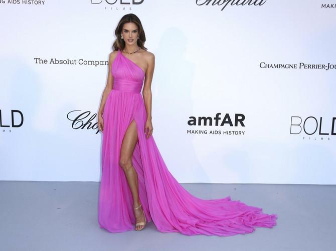 Mnogi će zbog njene haljine dobiti ZAZUBICE jer savršenije od ovoga ne može
