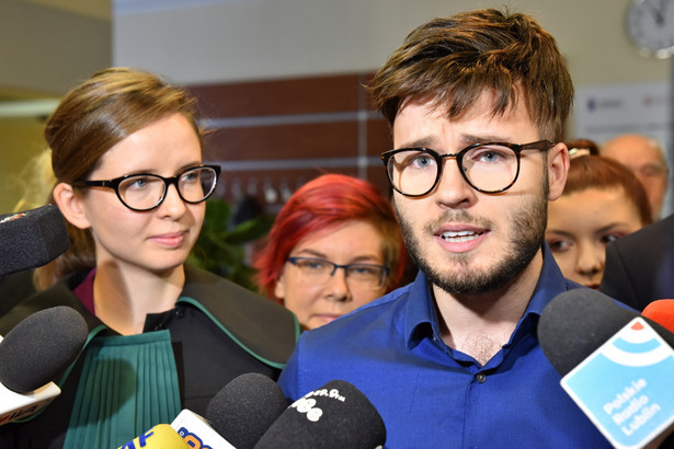 Organizator Marszu Równości Bartosz Staszewski rozmawia z dziennikarzami po ogłoszeniu wyroku.