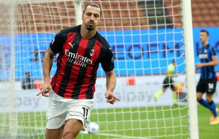 Zlatan Ibrahimović slavi pogodak protiv Intera