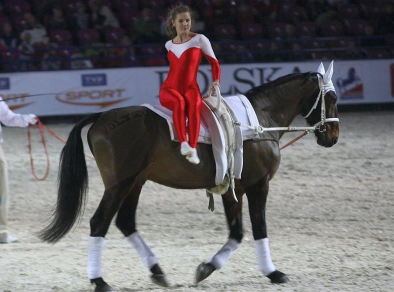"""Tak Czesia z """"Klanu"""" wygina się na koniu"""