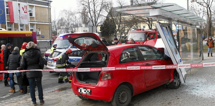 Auto wjechało w przystanek. Są ranni!