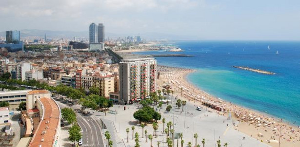 3. Barcelona. Wyjątkowe miasto powstałe dzięki połączeniu piękna i kultury. Robiąc zakupy w Barcelonie mamy szansę podziwiać jednocześnie niepowtarzalną architekturę Gaudiego oraz szmaragdowe morze. Barcelona jest idealnym miejscem na wydanie pieniędzy.