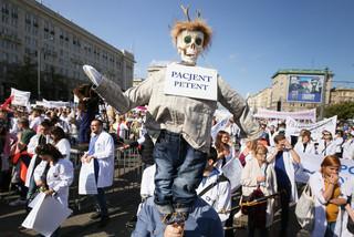 Protest pracowników służby zdrowia w Warszawie. Domagają się podwyżek i poprawy warunków pracy