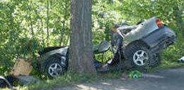 Opel wbił się w drzewo