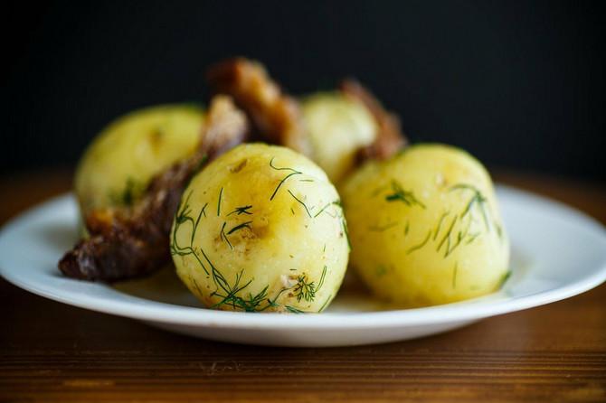 TRIK KUVARA: Kuvani krompir nikada neće biti ukusniji ako mu dodate ove tri stvari koje koštaju 20 dinara