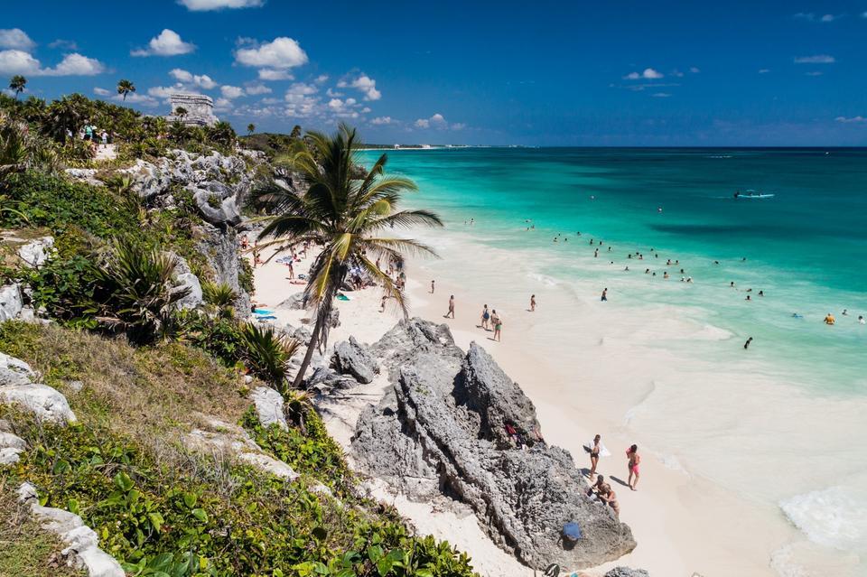 Tulum to ostatnio popularny kierunek wśród znanych osób, które licznie odwiedzają plażę Playa Paraiso. Urokliwe otoczenie roślinności oraz uprzejmość lokalnej ludności sprawiają, że meksykańska miejscowość jest wymarzonym miejscem na wakacje.