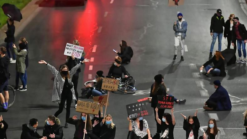 Uczestnicy protestu przeciwko wyrokowi Trybunału Konstytucyjnego, zaostrzającemu prawo aborcyjne, blokują ulice Wrocławia