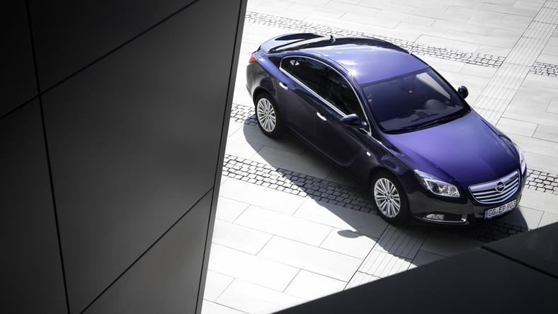 Instytut TUV, czyli niemiecki Urząd Dozoru Technicznego, opublikował ranking używanych samochodów na 2015 rok. Najnowszy raport powstał po inspekcjach ponad 8,5 mln pojazdów, dokonanych w Niemczech między lipcem 2013 roku a czerwcem 2014 roku. Przypominamy, że w trakcie kontroli specjaliści TUV wychwytują wszystkie problemy, które pośrednio lub bezpośrednio zagrażają bezpieczeństwu ruchu drogowego. Sprawdzane są m.in.: zawieszenie, silnik, układ kierowniczy, przeniesienie napędu, oświetlenie, zabezpieczenie przed korozją elementów nośnych podwozia, karoserii i przewodów hamulcowych. Jak wynika z raportu TUV 2015 średni odsetek 5-letnich samochodów z poważnymi usterkami wyniósł 13,9 proc. Dziennik.pl przygotował zestawienie najmniej awaryjnych modeli w wieku do 5 lat. Zobacz, na które auta są warte uwagi…
