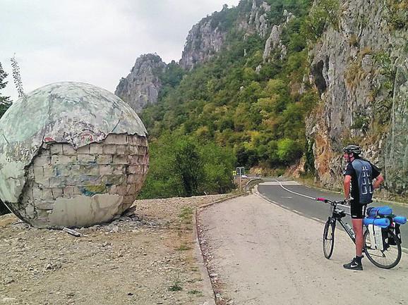 Dunav stežu klisure, a bicikliste krivudavi putevi
