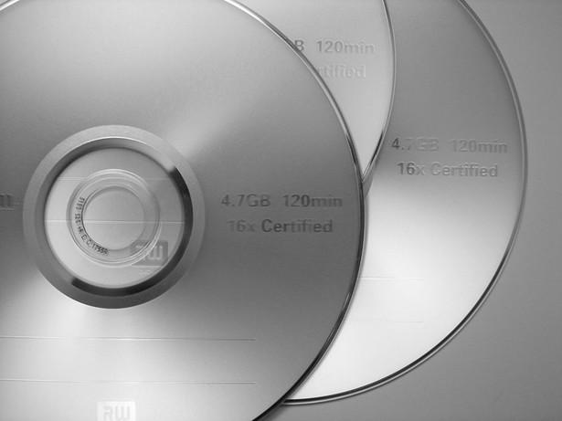 Jeszcze kilka lat temu karty pamięci przegrywały z płytami z dwóch powodów – były stosunkowo drogie i mieściły bardzo mało danych.