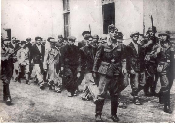 Kragujevac- kolona ljudi koja se vodi u topovske šupe pred streljanje