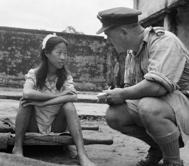 """U vojničkim kampovima kao Žene za utehu """"radile"""" su i devojčice. Na fotografiji je mlada Kineskinja iz jednog od tih kampova u razovoru sa američkim vojnikom."""