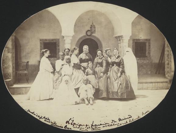 Aleksandrin Tine je bila fotograf amater. Na ovoj slici je vidimo u profilu. Fotografija je snimljena u blizini Alžira 1866, pored nje su njene sluge.