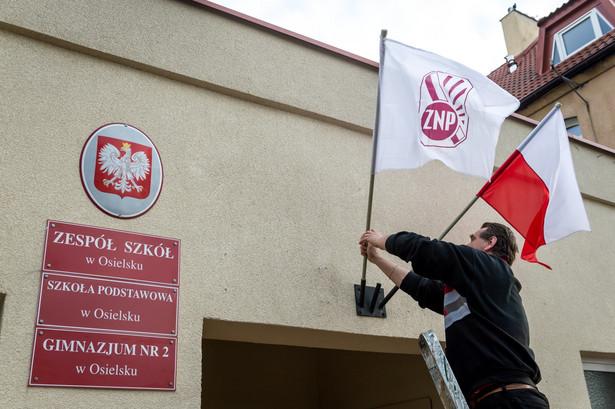 Flaga ZNP nad wejściem do Zespołu Szkół w Osielsku