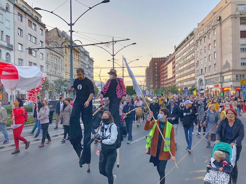 Órásbábos karnevál címen tüntettek az SZFE autonómiájáért - Blikk