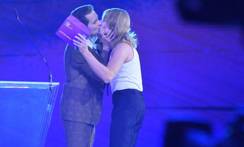 Krzysztof Zalewski pocałował Ralpha Kaminskiego na scenie podczas gali rozdania Fryderyków