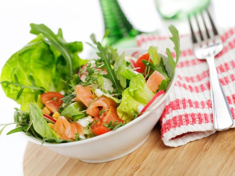 Sałatka z łososiem wędzonym i sosem czosnkowym