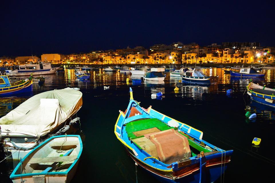 Wieczory nad wodą...   Maltańczycy wystawiają z domu krzesła nad wodę i rozmawiają do nocy