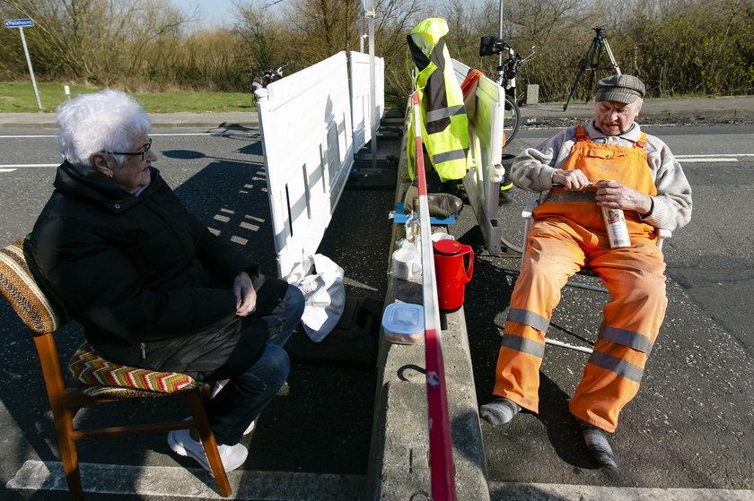 Koronawirus w Niemczech: zakochani seniorzy spotykają się na granicy