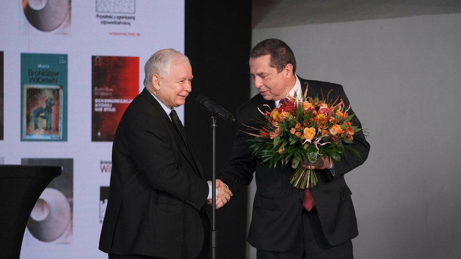 Kaczyński wręcza nagrodę im. Lecha Kaczyńskiego Bronisławowi Wildsteinowi. Warszawa, 11.10.2020 r.