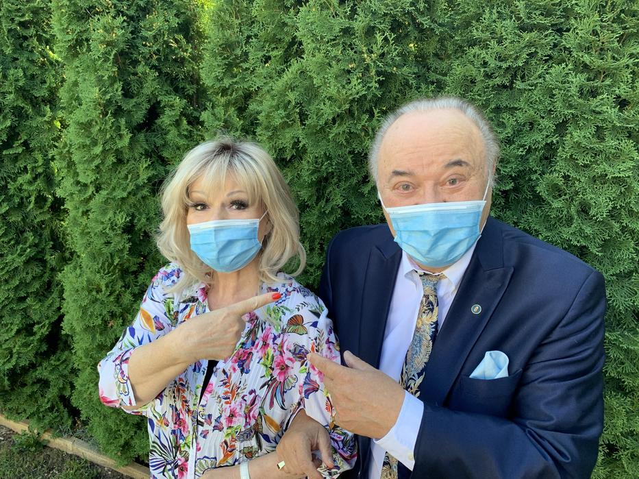 A házaspár betartja a járvánnyal kapcsolatos szabályokat, maszkot is húz